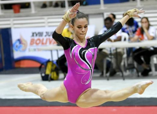 베네수엘라 체조 선수 Pamela Arrioja가 14일(현지시간) 콜롬비아 산타마르타 '2017 XVIII 볼리바리안 게임스' 중 기계체조 여자 개인 마루 경기에서 멋진 연기를 펼치고 있다. AFP 연합뉴스