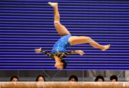 콜롬비아 체조 선수 Rudy Sandoval가 14일(현지시간) 콜롬비아 산타마르타 '2017 XVIII 볼리바리안 게임스' 중 기계체조 여자 개인 평균대 경기에서 멋진 연기를 펼치고 있다. AFP 연합뉴스