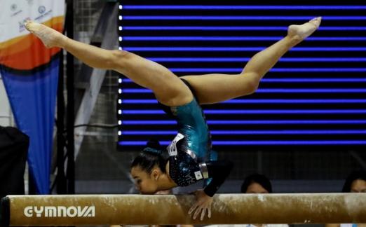 과테말라 체조 선수 Ana Irene Palacios가 14일(현지시간) 콜롬비아 산타마르타 '2017 XVIII 볼리바리안 게임스' 중 기계체조 여자 개인 평균대 경기에서 멋진 연기를 펼치고 있다. EPA 합뉴스