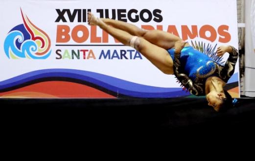 콜롬비아 체조 선수 Rudy Marcela Sandoval이 14일(현지시간) 콜롬비아 산타마르타 '2017 XVIII 볼리바리안 게임스' 중 멋진 연기를 펼치고 있다. EPA 연합뉴스