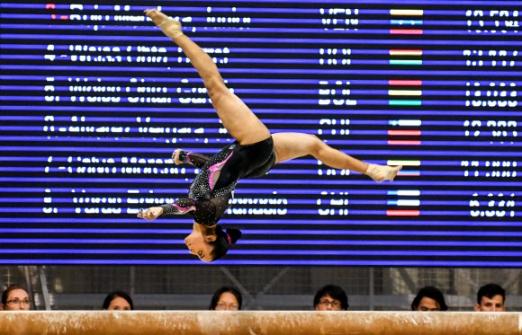 콜롬비아 체조 선수 Ginna Escobar가 14일(현지시간) 콜롬비아 산타마르타 '2017 XVIII 볼리바리안 게임스' 중 기계체조 여자 개인 평균대 경기에서 멋진 연기를 펼치고 있다. AFP 합뉴스