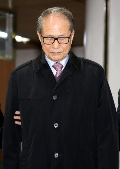 2심도 징역1년3개월… 법정 나서는 이상득