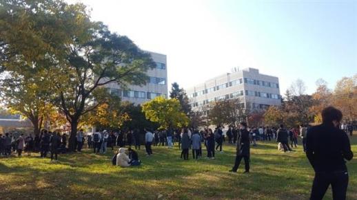 포항 5.5 지진, 밖으로 대피한 학생들