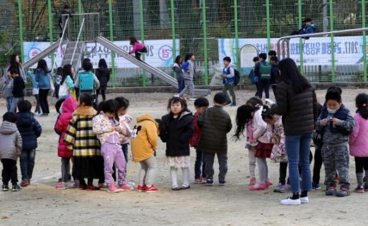 지진 발생…운동장으로 대피한 학생들