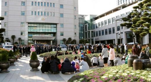 울산시청 광장에 대피한 공무원과 아이들