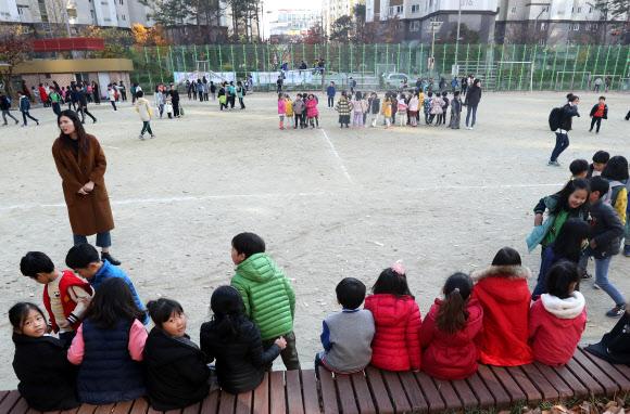 운동장으로 뛰어나온 어린이들