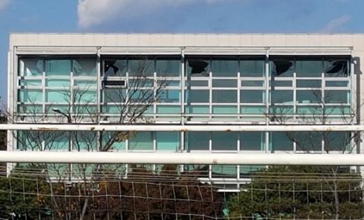 지진 깨진 건물 유리창