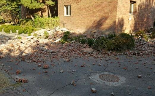 지진으로 외벽 무너진 한동대