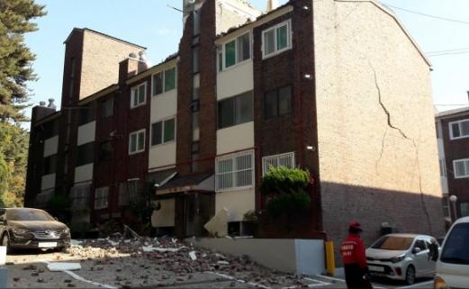포항 지진, 외벽에 큰 금이 생긴 주택