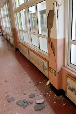 초등학교 지진 피해 15일 발생한 지진으로 경북 포항 한 초등학교 건물 기둥과 벽 일부가 금이 가거나 부서졌다. 2017.11.15 [독자 제공=연합뉴스]
