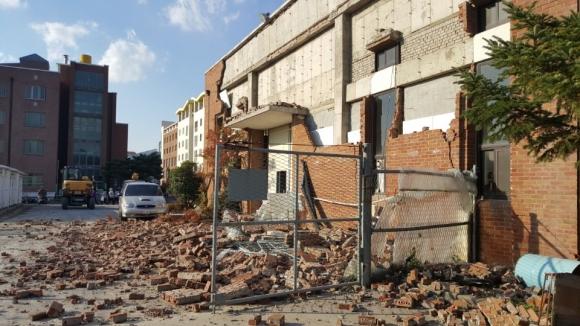 15일 발생한 지진으로 경북 포항에 있는 한동대 건물 일부가 무너져 있는 모습 [독자 제공]