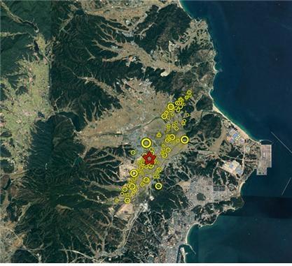 한국지질자원연구원이 분석한 포항지진의 여진발생 지역분포. 별표시는 규모 5.4의 본진이 발생한 곳, 노란색표시는 여진들 한국지질자원연구원 제공