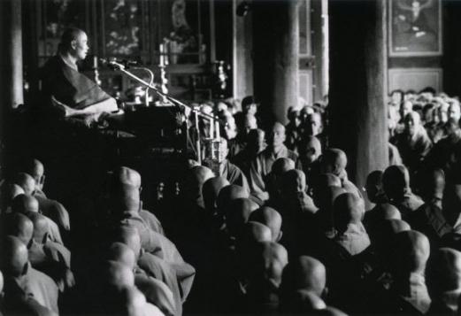 1967년 해인총림 초대방장에 취임한 성철 스님이 동안거 기간 중 대중에게 법문한 이른바 '백일법문' 모습. 백련불교문화재단 제공