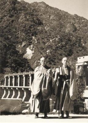 1947년 당대의 한국 불교 선지식들이 경북 문경 봉암사에 모여 '부처님 법대로 살자'며 불교 개혁 실천운동을 벌인 '봉암사 결사' 당시의 성철(왼쪽) 스님과 청담 스님. 백련불교문화재단 제공