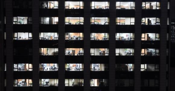 야근 때문에 사무실 곳곳에 불이 켜진 광화문의 한 빌딩.  서울신문