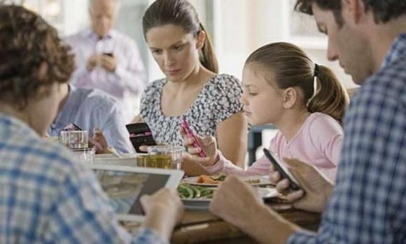 유아동 19.1%가 스마트폰 과의존 위험군에 속한 것으로 조사됐다. 부모의 스마트폰 의존도가 높을수록 자녀에게도 영향을 주는 것으로 나타났다.