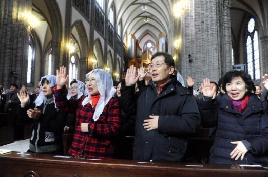 지난 19일 서울 중구 명동성당에서 열린 '한국 평신도 희년' 선포 미사에 참여한 천주교 신자들이 손을 들고 희년 동안 더욱 그리스도인답게 살 것을 다짐하고 있다. 천주교 서울대교구 제공