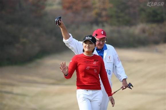 이글 잡은 고  고진영이 26일 김세영과의 싱글 매치에서 3번홀 이글을 잡은 뒤 미소를 짓고 있다. KLPGA 제공
