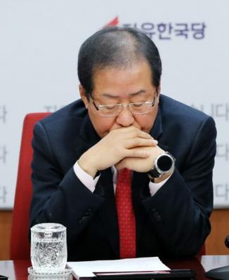 발언 듣는 홍준표 대표 연합뉴스