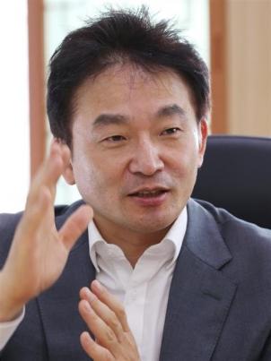 원희룡 제주지사가 30일 서울신문과의 인터뷰에서 급격한 발전으로 인한 성장통을 극복해 지속 가능한 성장이 될 수 있도록 하겠다고 강조하고 있다. 제주도 제공