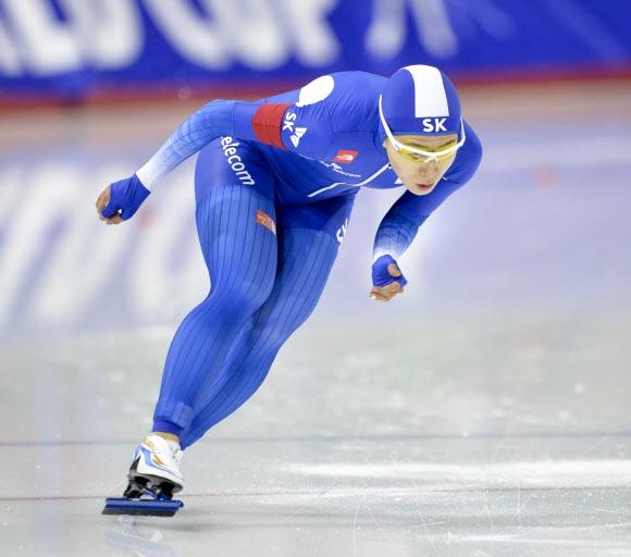 이상화가 4일 캐나다 캘거리 스피드스케이팅월드컵 3차 대회 여자 500m를 역주하고 있다. 캘거리 EPA 연합뉴스