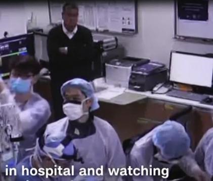 귀순병사 오청성씨의 수술실에 검은 옷을 입은 한 남성이 팔짱을 낀채 수술과정을 지켜보고 있다. CNN 캡처