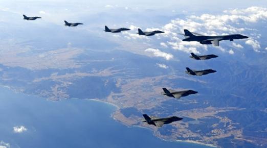 한미 연합공중훈련 '비질런트 에이스(Vigilant Ace)가 계속된 6일 한반도 상공에서 미국의 장거리전략폭격기 B-1B '랜서' 1대와 스텔스 전투기 F-22 '랩터', 한국 공군 전투기들이 함께 편대비행하고 있다.  왼쪽부터 한국공군 F-16 2대, F-15K 2대, 미국 B-1B 1대, F-35A 2대, F-35B 2대.  공군 제공=연합뉴스