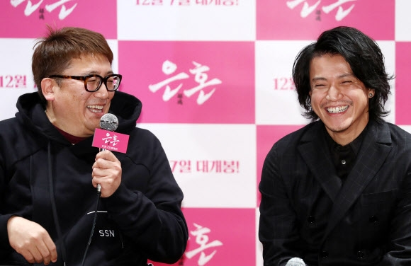 일본 배우 오구리 슌(오른쪽)과 후쿠다 유이치 감독이 6일 서울 광진구 롯데시네마 건대입구점에서 열린 영화 '은혼' 기자 간담회에서 대화를 나누다 함박웃음을 짓고 있다. 연합뉴스