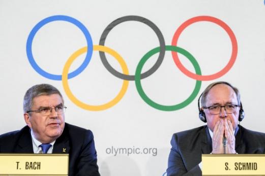 IOC, 러시아 도핑 철퇴  토마스 바흐(왼쪽) 국제올림픽위원회(IOC) 위원장이 5일(현지시간) 스위스 로잔 IOC 본부에서 집행위원회를 마친 뒤 기자회견을 열어 2018 평창동계올림픽에 러시아 선수단의 출전을 금지한다고 발표하고 있다. 옆에서 자무엘 슈미트 조사위원회 위원장이 신중한 표정으로 경청하고 있다. 로잔 AFP 연합뉴스