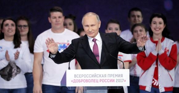 블라디미르 푸틴 러시아 대통령이 6일(현지시간) 모스크바에서 열린 자원봉사자 모임에 참석해 조만간 대통령 선거에 출마할지 여부를 결정할 것이라고 밝히고 있다. 모스크바 EPA 연합뉴스