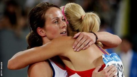 켈리 소더턴(영국)이 2008 베이징올림픽 육상 여자 7종경기 가운데 800m를 마친 뒤 동메달이 확정된 타냐나 체르노바(러시아)와 껴안으며 축하를 보내고 있다. 체르노바의 도핑 혐의가 확정돼 소더턴이 동메달을 승계하게 됐다. AFP 자료사진