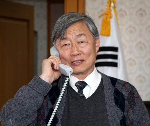 7일 감사원장 후보자로 지명된 최재형 사법연수원장이 연수원장실에서 축하 전화를 받고 있다.  2017.12.7 연합뉴스