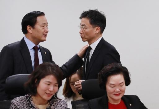 귀순한 북한 군인을 치료한 이국종(뒷줄 오른쪽) 아주대학교 교수가 7일 오전 서울 여의도 국회의원회관에서 열린 포용과 도전 제18차 조찬 세미나에 참석해 김성찬(왼쪽) 의원과 이야기를 나누고 있다. 김 의원은 2011년 1월 해군의 '아덴만의 여명' 작전 당시 해군참모총장이었다. 이 교수는 '아덴만의 영웅' 석해균 선장을 치료한 일로 유명해졌다. 2017.12.7 뉴스1