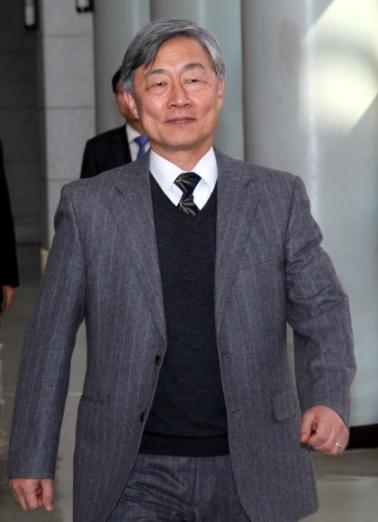 7일 감사원장에 내정된 최재형 사법연수원장이 원장실을 나서고 있다.   연합뉴스
