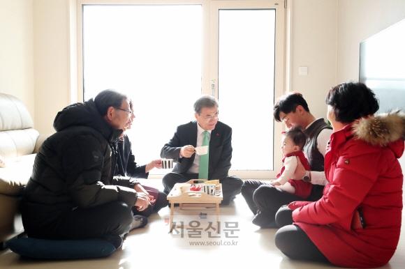 문재인 대통령이 7일 서울 노원구 '노원 에너지제로 주택 오픈하우스'행사에 참석, 한 신혼부부 입주세대를 방문해 대화를 나누고 있다. 안주영 기자 jya@seoul.co.kr