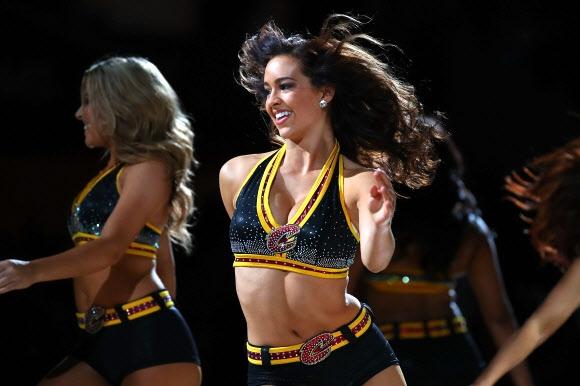 6일(현지시간) 미국 오하이오주 클리블랜드 퀵큰 론즈 아레나에서 열린 NBA 클리블랜드 캐벌리어스와 새크라멘토 킹스의 경기에서 치어리더들이 댄스 퍼포먼스를 벌이고 있다. 경기는 클리블랜드가 101-95로 승리했다. 게티 이미지/AFP 연합뉴스