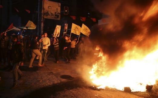 트럼프 결정에 격렬 반발하는 팔레스타인 팔레스타인 국기와 야세르 아라파트 전 팔레스타인 자치정부 수반 사진을 든 사람들이 6일(현지시간) 가자지구 중심도시 가자시티에서 시위를 벌이며 타이어를 불태우고 있다. 이들은 이날 예루살렘을 이스라엘 수도로 인정한 도널드 트럼프 미국 대통령의 결정에 격렬하게 항의했다. 2017-12-07 AP연합뉴스