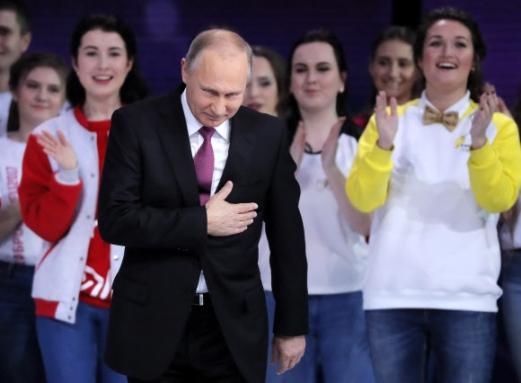 블라디미르 푸틴러시아 대통령이 6일(현지시간) 러시아 모스크바에서 열린 '2017 자원봉사자상' 시상식에 참석해 박수치는 관중들을 향해 고개를 숙이며 화답하고 있다. 푸틴 대통령은 이날 니즈니노브고르드의 GAZ 자동차 공장을 방문한 자리에서 내년 3월 대선 출마를 공식 선언했다. 모스크바 EPA 연합뉴스