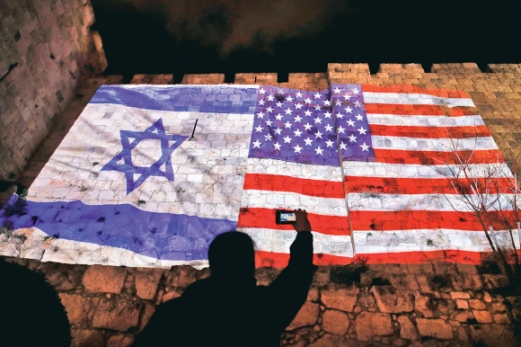 도널드 트럼프 미국 대통령이 예루살렘을 이스라엘의 수도로 공인한 6일(현지시간) 예루살렘 시당국이 투사한 미 성조기(오른쪽)와 이스라엘 국기 이미지가 구시가지 벽에 떠 있다. 이스라엘은 트럼프 대통령의 발표에 환영의 뜻을 밝혔으나 팔레스타인을 비롯한 범아랍권과 국제사회는 트럼프 대통령의 결정을 비판했다. 예루살렘 AFP 연합뉴스