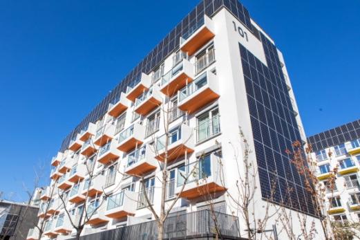 벽면 채운 태양광 전지판  7일 오픈하우스 행사가 열린 서울 노원구에 위치한 '제로 에너지' 공동주택의 모습. 공동주택의 옥상과 벽면에 각각 태양광 전지판이 설치돼 있다. 연합뉴스