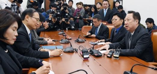 홍영표(왼쪽 두 번째) 국회 환경노동위원장이 7일 근로시간을 축소하는 근로기준법 제정에 대한 재계 입장을 전달하기 위해 국회를 방문한 박용만(맨 오른쪽) 대한상공회의소 회장의 말을 듣고 있다. 이종원 선임기자 jongwon@seoul.co.kr