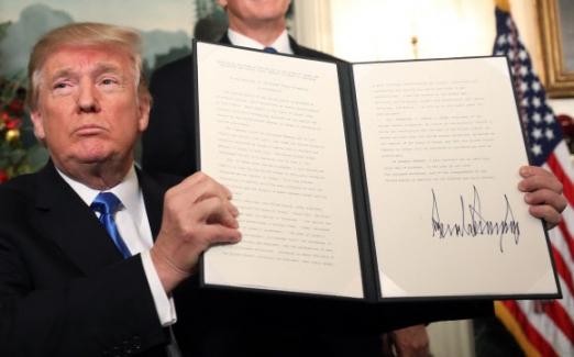 서명한 트럼프 도널드 트럼프 미국 대통령이 6일(현지시간) 워싱턴DC 백악관에서 예루살렘을 이스라엘의 수도로 공식 인정하는 선언문에 직접 서명한 뒤 들어 보이고 있다(왼쪽 사진).  워싱턴 EPA 연합뉴스