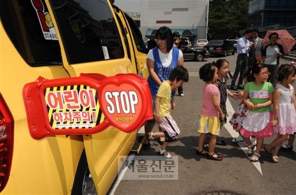 교통안전공단이 '어린이 안심 통학버스' 서비스를 전국에 확대하기로 한 가운데 어린이들이 통학버스에서 내리고 있다. 서울신문 DB