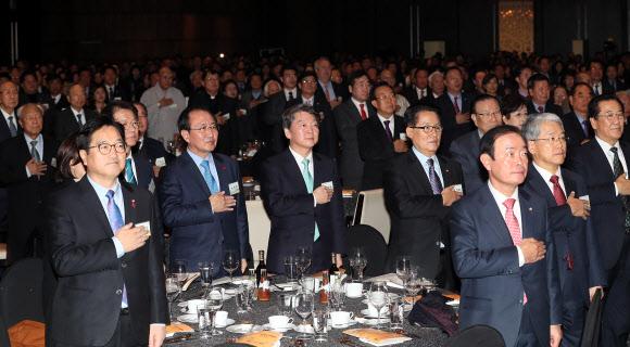 김대중 노벨평화상 수상 기념식서 만난 여야지도부