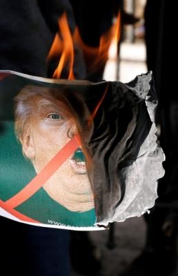 분노한 아랍권  대규모 반미 시위가 중동 곳곳에서 벌어진 가운데 팔레스타인 자치정부 임시수도인 라말라에서 트럼프의 사진이 불타고 있다. 라말라 로이터 연합뉴스