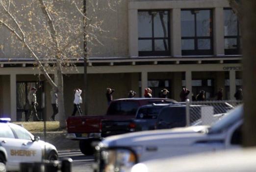 미국 뉴멕시코주 고등학교서 총격 사건…학생 2명 사망 미국 남서부 뉴멕시코 주에 있는 아즈텍 고교에서 7일(현지시간) 오전 총격 사건이 일어났다. 이번 사고로 학생 2명이 사망했고 10여명이 다친 것으로 알려졌다. 2017.12.08 사진=AP 연합뉴스