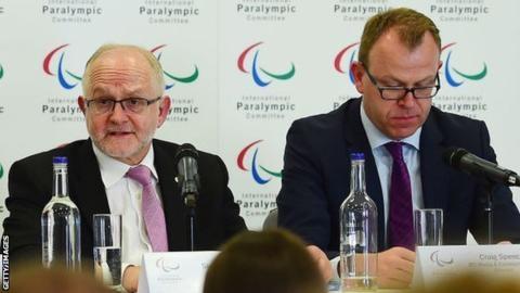 지난 9월 국제패럴림픽위원회(IPC) 위원장에서 물러나기 전 필립 크레이븐 경과 크레이그 스펜스 홍보국장이 기자회견에 참석하고 있다. AFP 자료사진