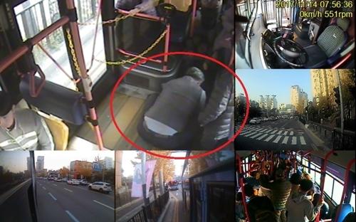 버스기사 전덕성씨가 지난달 14일 오전 7시 55분쯤 마비 증세를 호소하면서 쓰러진 20대 남성을 버스 바닥에 눕힌 뒤 응급조치를 하고 있다. 연합뉴스