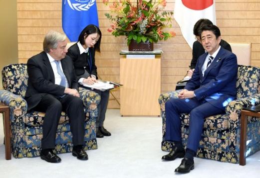 일본 아베-구테흐스, 도쿄서 회담 14일 안토니우 구테흐스 유엔 사무총장(왼쪽)과 아베 신조 일본 총리가 일본 도쿄 총리 관저에서 회담을 하고 있다. 이들은 회담에서 대북제재의 완전한 이행이 중요하다는 데 인식을 같이했다. 2017.12.14
