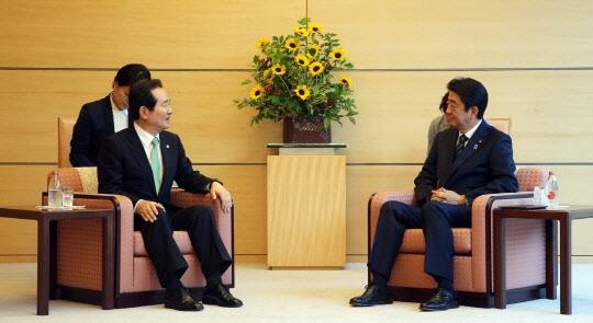정세균 의장 아베 면담  지난 6월 정세균 국회의장(왼쪽)이 일본 총리 관저에서 아베 신조 일본 총리와 만나 면담하고 있다. 국회대변인실 제공.